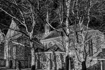 Die Große Kirche von Leeuwarden in Schwarz-Weiß von Harrie Muis