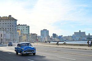 Oldtimers op de Malecón in Havana van Anouk Hol