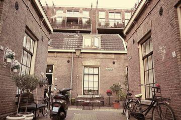 Utrecht - licht sepia gekleurd gebouw van Wout van den Berg