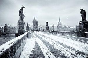 Karelsbrug in Praag in de winter van Rene du Chatenier