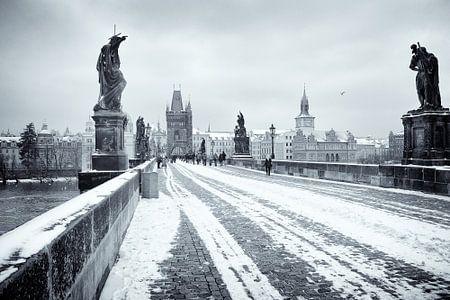 Karelsbrug in Praag in de winter