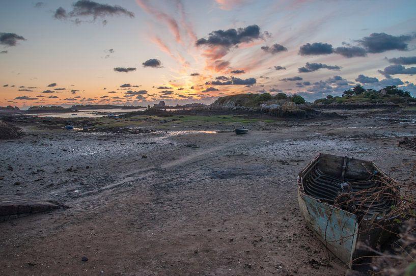 Roze oranje ochtendzon en verlaten bootje op Ile de Bréhat in Frankrijk fotoprint van Manja Herrebrugh - Outdoor by Manja