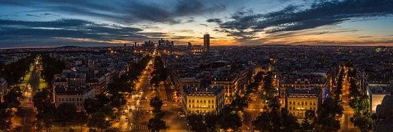 Prachtige panorama van Parijs, kijkend op La Défense tijdens een prachtige zonsondergang.  Gemaakt vanaf de Arc de Triomphe