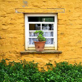 Venster in gele muur van een Ierse cottage van Hans Kwaspen