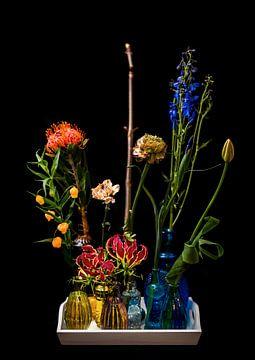 Strauß verschiedenfarbiger Blumen in gelben und blauen Vasen von Atelier Liesjes