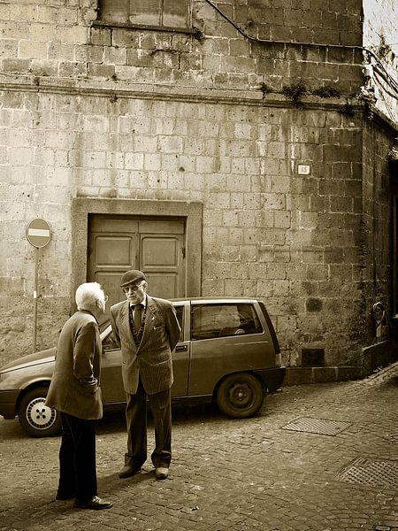 Italiaans straattafereeltje met twee oude mannen