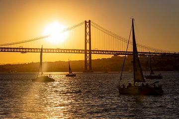 Zeilboten aan de Ponte 25 de Abril op de rivier Tejo (Lissabon) van Koen Henderickx