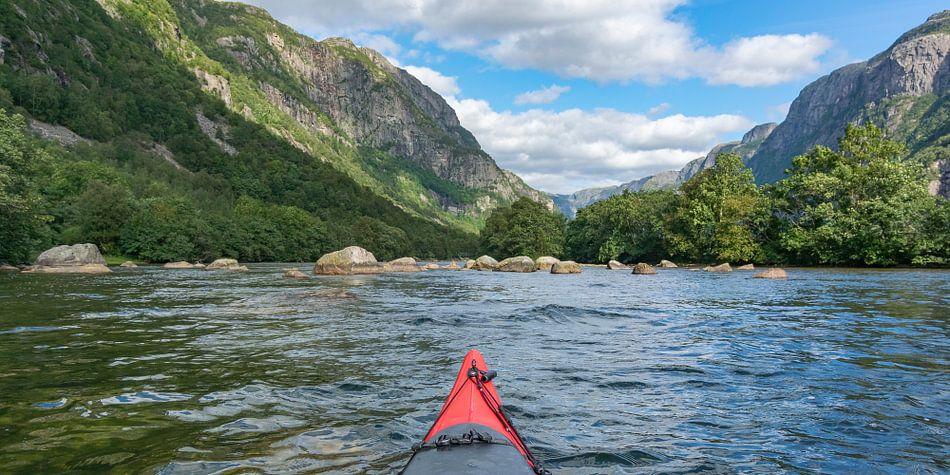 Kajakken in een fjord in Noorwegen in de zomer van Sjoerd van der Wal