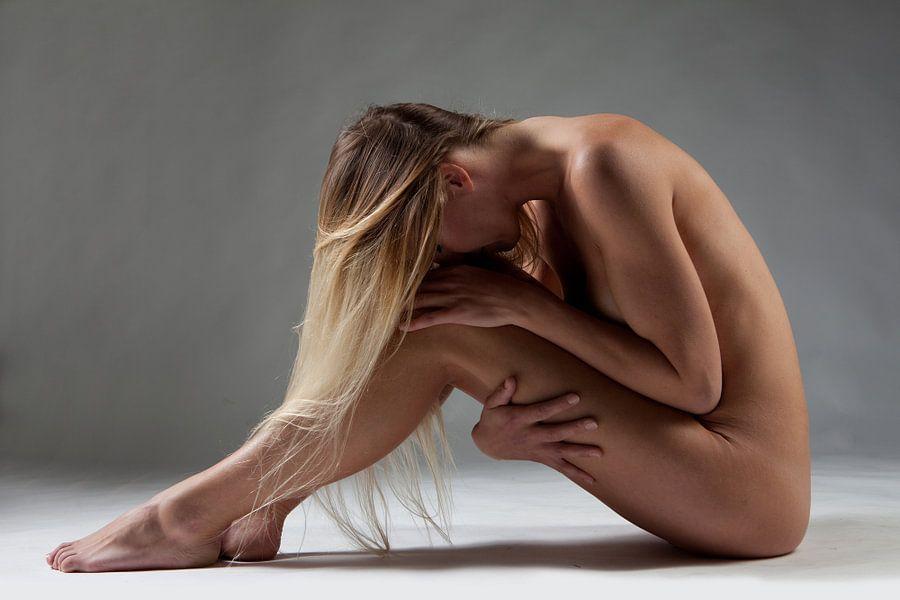 Artistiek naakt in zittende pose
