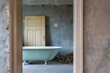 Oude badkuip in een oud huis van Uwe Merkel