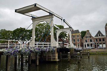 Oude houten ophaalbrug over rivier de Vecht in het stadscentrum van Weesp, Nederland van Robin Verhoef