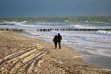 Genießen Sie am Meer. Schöner Spaziergang entlang der Wasserlinie. von Wendy Hilberath