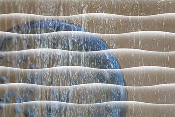 Glazen bol met golvend patroon in natuur tinten van Lisette Rijkers