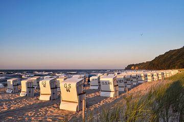 weiße Strandkörbe, Sonnenuntergang am Nordstrand in Göhren auf Rügen von GH Foto & Artdesign