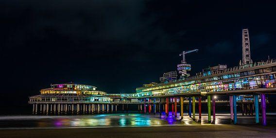 Pier van Scheveningen in een kleurrijk avondopname