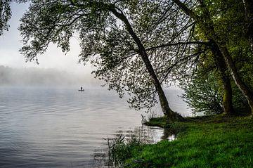 Eenzame visser in de mist  van Lac Des Settons van Gijs Rijsdijk