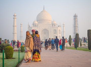 Farbenfrohe Besucher des Taj Mahal, Indien von Teun Janssen