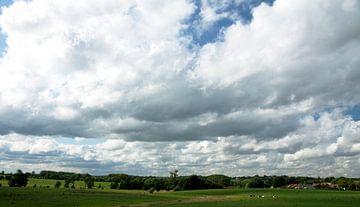 Wolkendek boven limburgs landschap van Kees-Jan Pieper