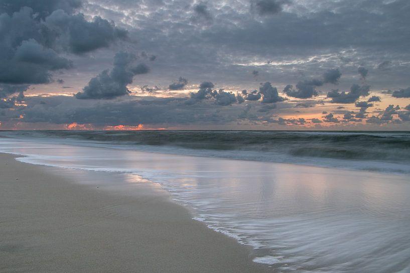 De branding op een strand op Vlieland tijdens zonsondergang van Arthur Puls Photography