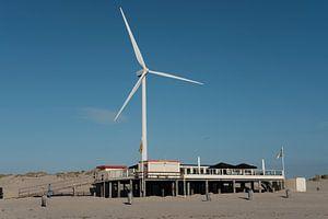 Strandtent met windmolen. Zon, zee en strand van jaldert kraaijeveld