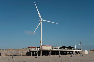 Strandzelt mit Windmühle. Sonne, Meer und Strand von jaldert kraaijeveld