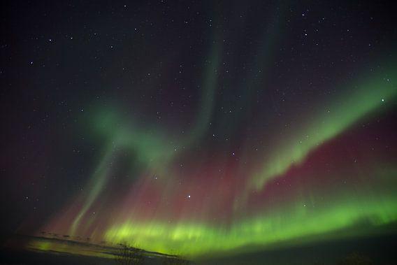 Noordelicht in IJsland boven de berg.