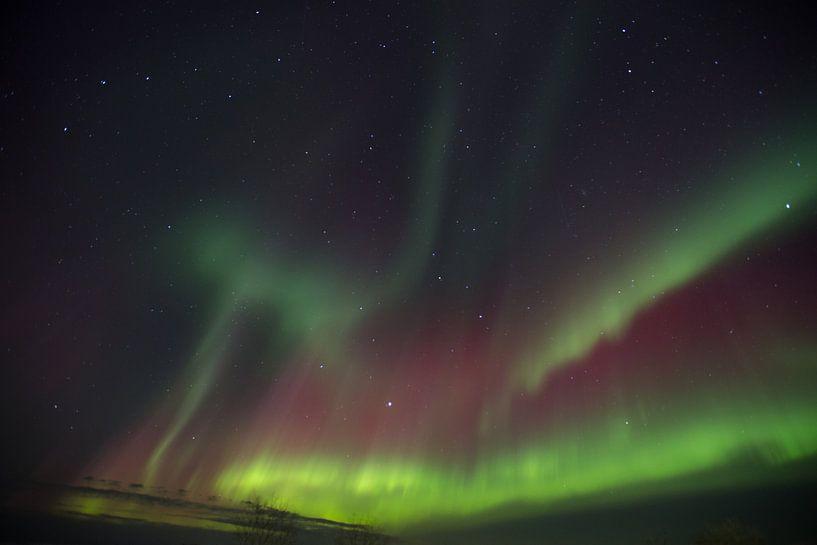 Noordelicht in IJsland boven de berg. van Arjan Groot