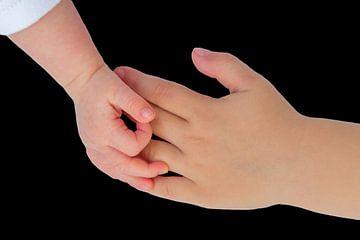 Hand von Neugeborenen Baby in Kontakt mit der Hand des Kindes von Ben Schonewille