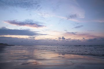 Sonne hinter den Wolken an der Küste von Terschelling von Jolanda Kleij