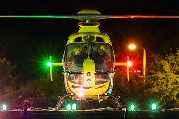 EC.135 Traumahelikopter tijdens nacht van Jimmy van Drunen