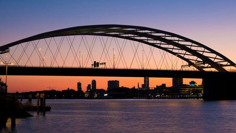 Van Brienenoordbrug in Rotterdam na zonsondergang van Anna Krasnopeeva