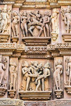 Khajurao - Lakshmana tempel, erotisch relief - 7 van Theo Molenaar