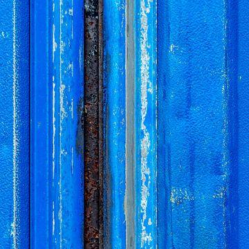 Blauw verticaal lijnenspel op verweerd aluminium plaatwerk van Texel eXperience