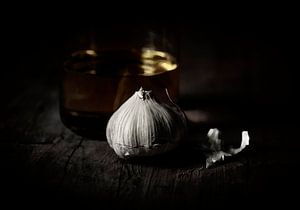 Olijfolie en knoflook, stilleven, schilderachtig.  Italië keuken. Mediteraans. van John Quendag