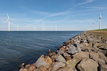 Windmolenpark in het water en op het land van Tonko Oosterink