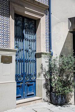 Blauwe deur in Lissabon van Jessica Arends