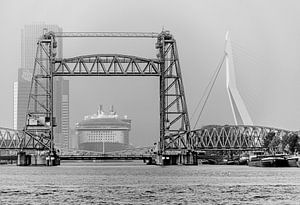Oasis of the Seas, Erasmus Brücke und De Hef in schwarz und weiß von Jeroen van Dam
