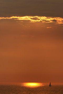 Zeilbootje bij ondergaande zon van Bob Bleeker