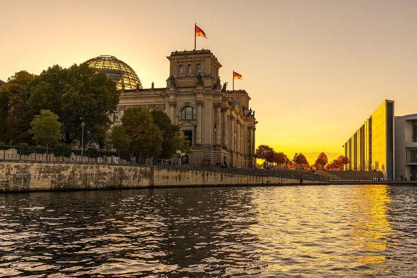 Le bâtiment du Reichstag à Berlin au coucher du soleil sur Frank Herrmann