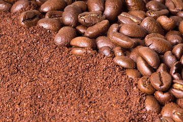 Koffiebonen en gemalen bonen. van Arjan Bijker