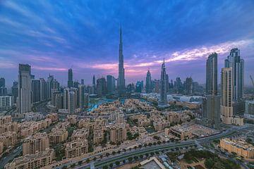 Dubai Downtown Skyline zum Sonnenuntergang mit Wolken von Jean Claude Castor