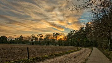Landweg bij zonsondergang  van Jacco Bezuijen