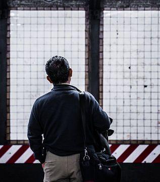 Mann wartet auf die U-Bahn in New York von Raf Verbraeken