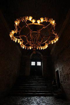 Eine dunkle Treppe in der Aya Sophia in Istanbul von Gonnie van de Schans