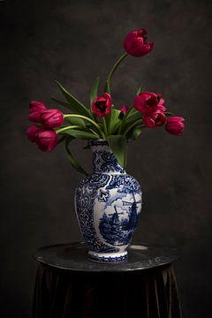 Rote Tulpen in einer Delfter Vase von Alexander Tromp