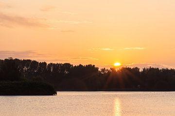 lever du soleil sur le lac sur Tania Perneel