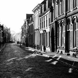 De Lange Nieuwstraat in Utrecht in herfstlicht (monochroom) von De Utrechtse Grachten
