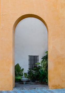 Tür zum Innenhof in Sevilla, Spanien von Klaartje Majoor