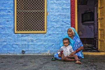 Portret van oude Indische vrouw in kleurrijke etnische kledij met haar kleinzoon. Jaisalmer, Rajasth van Tjeerd Kruse