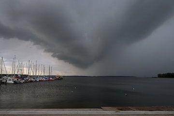 Nuages d'orage au-dessus du port de plaisance dans le Salzhaff de Rerik à la mer Baltique Mecklenbur